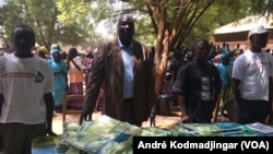Une équipe distribue des moustiquaires imprégnées à Koko, dans la région du Mandoul au Sud du Tchad, 21 février 2017. (VOA/André Kodmadjingar)