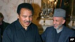 Muhammed Ali 2002'de BM Barış Elçisi olarak Kabil'e yaptığı ziyaret sırasında dönemin Afganistan Cumhurbaşkanı Hamid Karzai ile