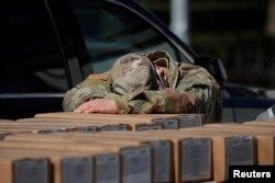 Військовослужбовець нацгвардії США після роздавання безкоштовних обідів жителям району Нью-Йорка Східний Гарлем під час спалаху COVID-19, 1 квітня 2020
