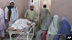 一名阿富汗男子遭路邊炸彈炸傷後在醫院接受治療