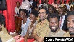Le rappeur angolais Luaty Beirão, assis au tribunal avec d'autres opposants, Luanda, Angola, 16 novembre 2015