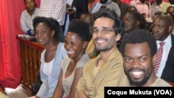 Rosa Conde, Laurinda Gouveia, Luaty Beirão e Hitler Samussuku (da esquerda para a direita) no tribunal, Luanda, 16 de Novembro de 2015