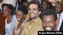 Luaty Beirão, segundo da direita,