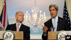 美國國務卿克里(右)與英國外交大臣黑格(左)星期三舉行聯合記者會