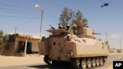 Tentara Mesir berpatroli dengan kendaraan lapis baja dan helikopter di Sinai. (Foto: Dok)