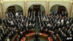 Новообраний президент Угорщини Янош Адер складає присягу перед парламентом.