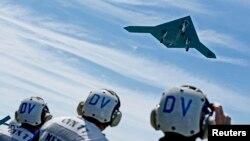 지난 14일 미군 항공모함 조지 부시 호에서 이륙하는 무인기 X-47B. (자료사진)