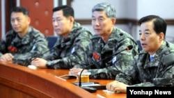 한민구 한국 국방부 장관(오른쪽)이 23일 서북도서방위사령부를 방문해 모두발언하고 있다.