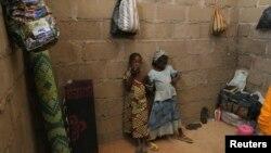 Trẻ em trốn thoát khỏi các vụ tấn công của các phần tử chủ chiến Boko Haram ở Cameroon tại một căn nhà ở Adamawa, Nigeria.