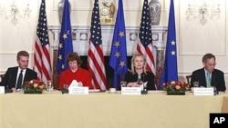 美欧领导人11月28日在华盛顿举行会晤,从左至右:欧盟官员欧廷格、欧盟官员阿什顿、美国国务卿克林顿和美能源部长朱棣文