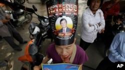 柬埔寨救国党支持者戴着有党主席肯素卡形象的帽子在柬埔寨最高法院外抗议。(2017年10月31日)