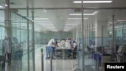 Area fasilitas produksi vaksin Covid-19 di kantor Bio Farma di tengah pandemi virus corona di Bandung, provinsi Jawa Barat, Indonesia 4 Agustus 2020. (Antara Foto / Dhemas Reviyanto via REUTERS)