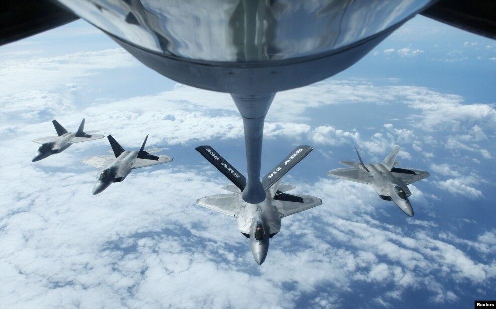 Bốn phản lực chiến đấu F22 Raptors bay theo đội hình sau cuộc diễn tập tiếp tế nhiên liệu trên không với máy bay tiếp xăng KC-135R Stratotanker trong khuôn khổ cuộc tập trận đa quốc RIMPAC ở Honolulu, Hawaii, ngày 26 tháng 7, 2016.