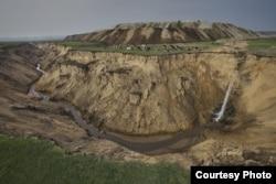 摄影师卢广拍摄的内蒙古自治区呼伦贝尔宝日希勒露天煤矿堆土场及排水管道(2012年5月)