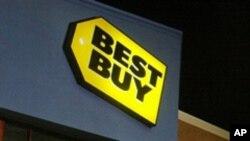 Des clients alignés devant un magasin Best Buy de Chesterfield, en Virginie