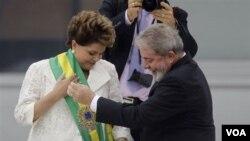 Presiden terpilih Dilma Rousseff (kiri) pada saat pelantikan menggantikan Presiden Lula da Silva di Brasilia, Brazil, Sabtu.