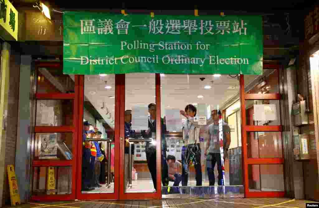 Funcionarios cierran la mesa de votación en el distrito South Horizons West mientras al concluir oficialmente la votación en Hong Kong, China, el 24 de noviembre de 2019.