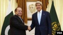 ທ່ານ Nawaz Sharif (ຊ້າຍ) ນາຍົກລັດຖະມົນຕີ ປາກິສຖານ ແລະ ທ່ານ John Kerry ລັດຖະມົນຕີການຕ່າງປະເທດ ສະຫະລັດ