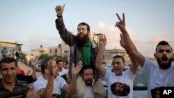 Le palestinien Khader Adnan est salué par les Palestiniens après sa libération d'une prison israélienne dans le village de Arrabeh en Cisjordanie, le 12 juillet 2015. Israël a libéré un prisonnier palestinien qui a récemment mis fin à une grève de la faim de 55 jours.