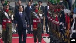 Frimiyan China Wen Jia Boa yake duba faretin girmamawa da aka yi masa a Pakistan a fara rangadi a kasar jiya Jumma'a.