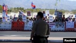 Người biểu tình đứng dọc con đường dẫn đến Sunnylands, nơi diễn ra Hội nghị thượng đỉnh ASEAN tại Rancho Mirage, California, ngày 15/2/2016.