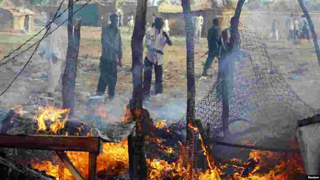 Des sud-soudanais constatent les dégâts causés par un raid aérien du Soudan près de Bentiu, le 23 avril 2012.