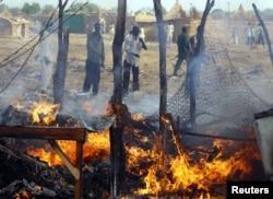 Des sud-soudanais constatent les dégâts causés par un raid aérien du Soudan près de Bentiu, le 23 avril 2012