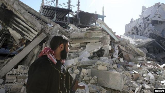 Un miembro del Ejército Libre Sirio luego de combates en un sector de Damasco.