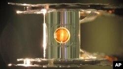 En las pruebas, 192 rayos láser fueron disparados contra este pequeño cilindro de oro con dos tipos de hidrógeno en su interior.