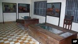 Các bức tranh treo trên tường của họa sĩ người Kampuchea Vann Nath, 1 người sống sót tại trại tù khét tiếng Tuol Sleng của Khmer Đỏ, cho thấy các dụng cụ tra tấn được sử dụng như thế nào