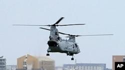 图为美国海军陆战队CH-46E直升机从日本冲绳县宜野湾的普天间基地起飞资料照