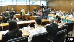 Bị can Arid Uka (áo trắng) tại phiên xử ở Frankfurt, Ðức, ngày 31/8/2011