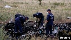 Các thành viên Bộ khẩn cấp Ukraine tại hiện trường tai nạn gần làng Hrabove, ngày 20/7/2014.
