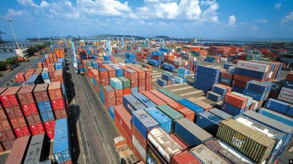 美國總統川普對800多種中國產品徵收25%關稅的指令美國東部夏令時星期五零點零一分開始生效。