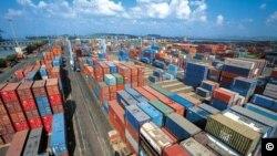 美国总统川普对800多种中国产品征收25%关税的指令美国东部夏令时星期五零点零一分开始生效。