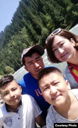 Renagül Geni, eşi ve çocuklarıyla.