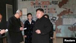 Pemerintah Korea Utara Kim Jong Un memberikan arahan pada petugas Museum Sinchon di Pyongyang.