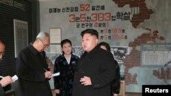 북한 김정은 국방위원회 제1위원장이 대표적인 반미교양 시설인 황해남도 신천박물관을 방문했다고 조선중앙통신이 25일 보도했다.