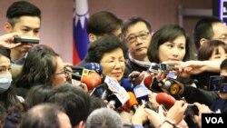 台湾陆委会主委张小月在接受媒体采访(美国之音杨明拍摄)