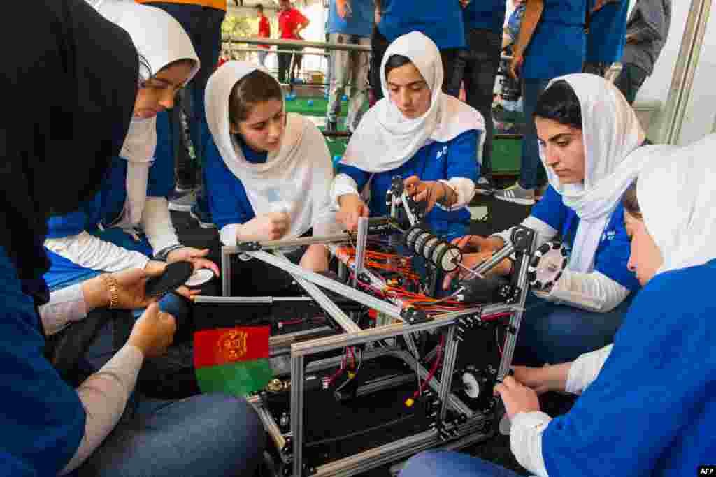 Para anggota tim robotik Afghanistan yang semuanya perempuan saat mengikuti lomba robotik internasional di Washington DC.
