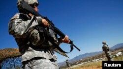 Foto de archivo de 2010 en la que tropas de la Guardia Nacional patrullan a lo largo de la frontera con México en Nogales, Arizona.