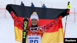 Vận động viên trượt tuyết người Đức Maria Hoefl-Riesch mừng chiến thắng tại Thế Vận Hội Sochi.