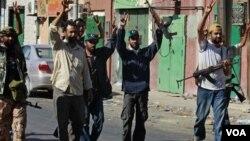 Los rebeldes libios celebran haber tomado parte de la ciudad costera de Zawiya a 50 kilómetros de Trípoli.