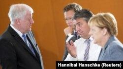 Sağda, Başbakan Angela Merkel, Ekonomi Bakanı Sigmar Gabriel'le solda Bavyera eyalet başbakanı ve CSU lideri Horst Seehofer