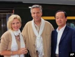 洪博培与夫人在拉萨与中方外办官员合影