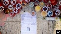 Lilin-lilin, catatan-catatan dan potongan kertas diletakkan di Love Monument di St. Julian, Malta, 17 Oktober 2017, sehari setelah pembunuhan wartawati Daphne Galizia.