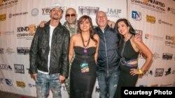 Các nghệ sĩ trình diễn tại sự kiện của quỹ từ thiện Kind-Hearted Compassion in Action: Bizzy Bone, Mally Mall, người đồng sáng lập quỹ Pamela Tahim, nhà quản lý âm nhạc Steve Lobel, người đồng sáng lập Dr. Sonia Singh.