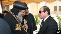 Le pape copte Tawadros II, à gauche, salue le président Abdel-Fattah el-Sissi d'Egypte au Caire, Egypte, 16 février 2015 (AP Photo/Egyptian Presidency)