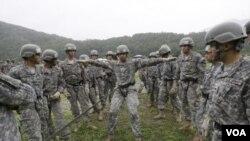 2015年7月24日駐南韓美軍第2步兵師的士兵參加空中突擊訓練。
