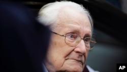 아우슈비츠 수용소에서 회계장부 업무를 담당했던 나치 장교 출신 오스카 그뢰닝 씨가 15일 독일 뤼넨부르크 법원에 출두했다.
